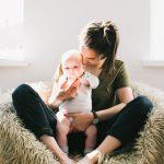 Baby bliver holdt af moren