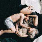 Familie sover sammen med hund i seng