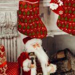 Julenisse sidder under julesokker